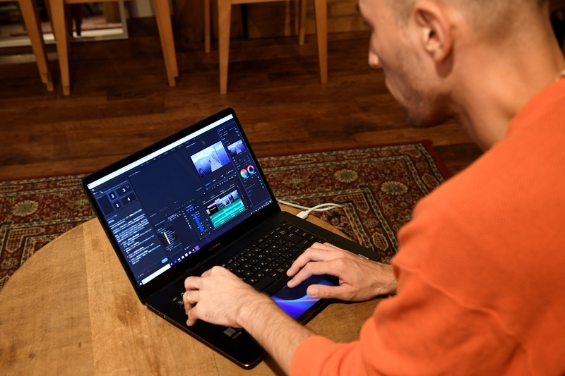 ZenBook Pro 15を使ってPremiere Proを動かしてもらった。4K30pの映像もシングルストリームなら、ストレスなく編集できると小林氏