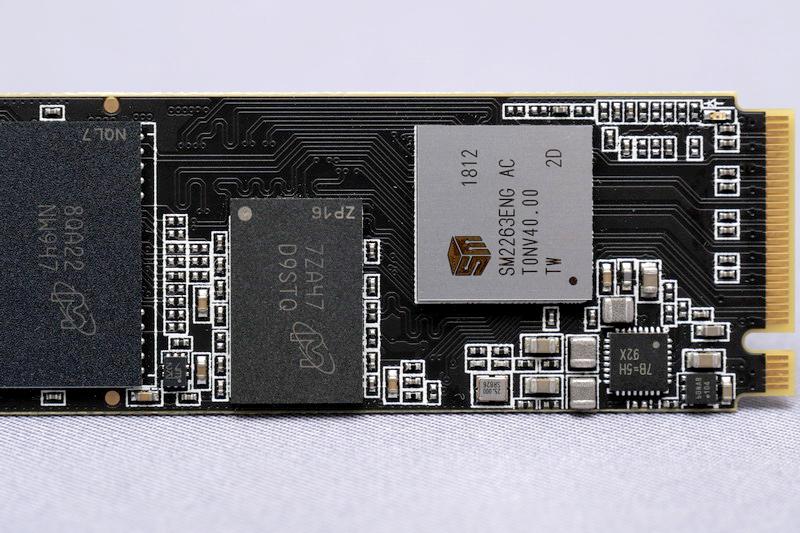 SSDコントローラはSilicon Motion製の「SMI2263」を採用。低価格なエントリー向けSSDながら500GBモデルは512MB、1TBモデルは1GBのDRAMキャッシュを搭載する