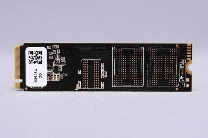基板裏面にもNANDフラッシュメモリ搭載用のパターンがあり、今後発売予定の2TBモデルではこちらにもNANDフラッシュメモリチップが搭載されるものと思われる