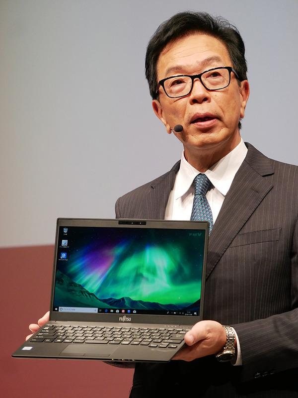 会見で698gを達成した「LIFEBOOK UH-X/C3」を持つ齋藤社長