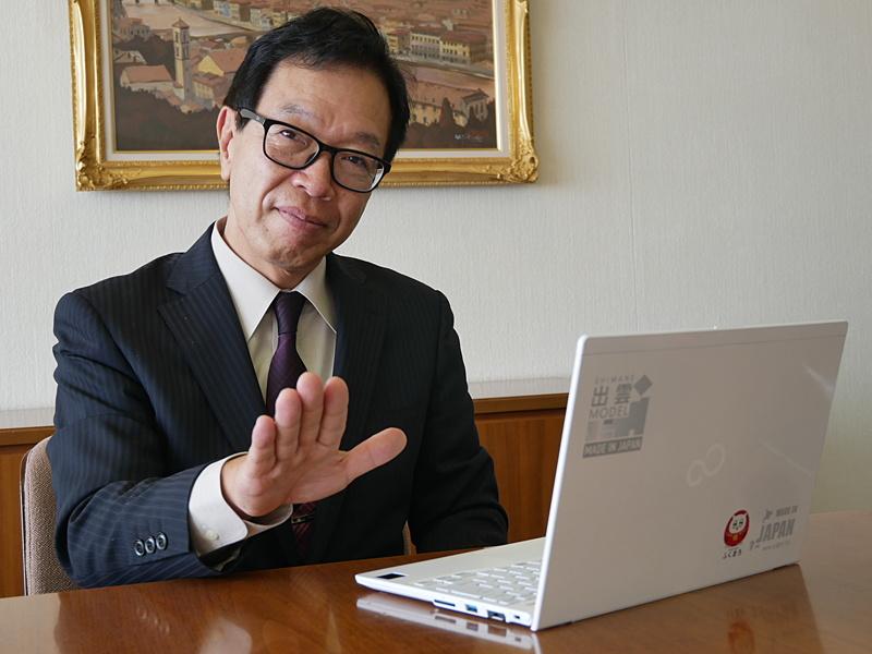 齋藤社長が所有しているのは「LIFEBOOK UH75/B3」に手のひら静脈認証を搭載した特別仕様。認証させるときの様子が、まるでスターウォーズのフォースを使っているようだと海外で受けて、そのしぐさが最近のお気に入りだ