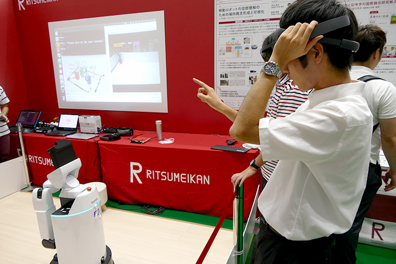 AR用デバイスにはMicrosoft HoloLensを用いている(8月に開催された「イノベーション・ジャパン2018」での展示)