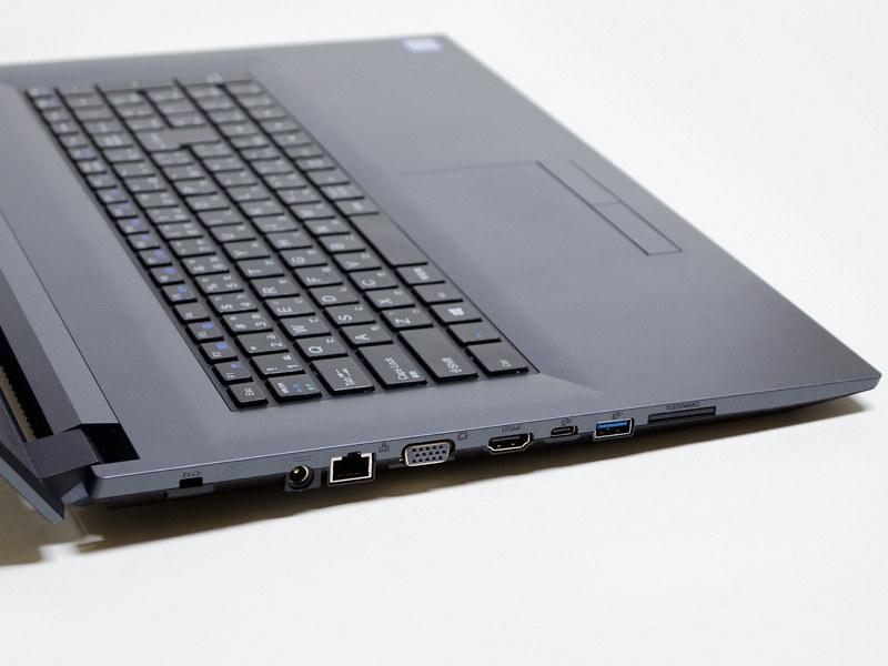左側面。ロックポート、電源入力、Gigabit Ethernet、にミニD-Sub15ピン、HDMI、USB 3.1 Type-C、USB 3.1 Type-A、SDカードリーダ