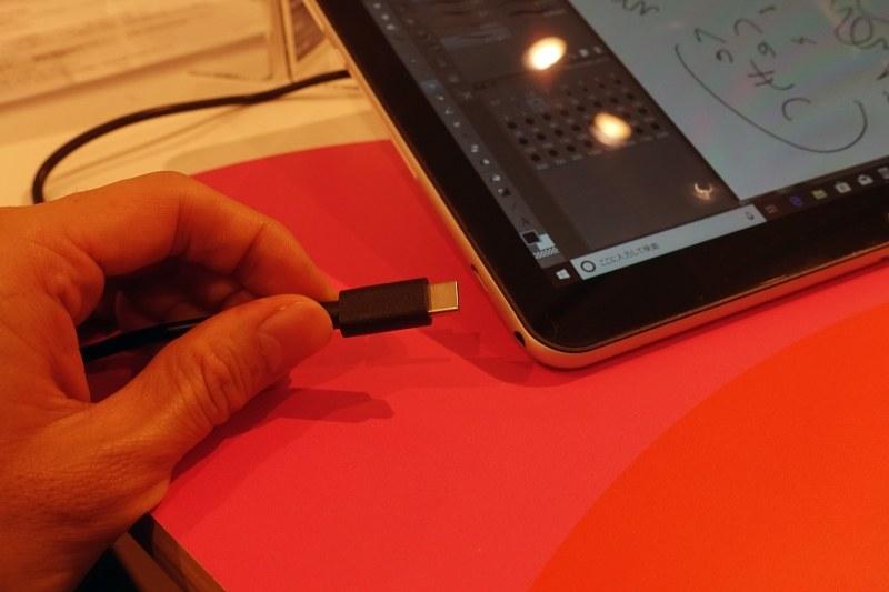 充電兼用のUSB Type-Cポート。5V/2Aといった一般的なモバイルバッテリでも充電可能