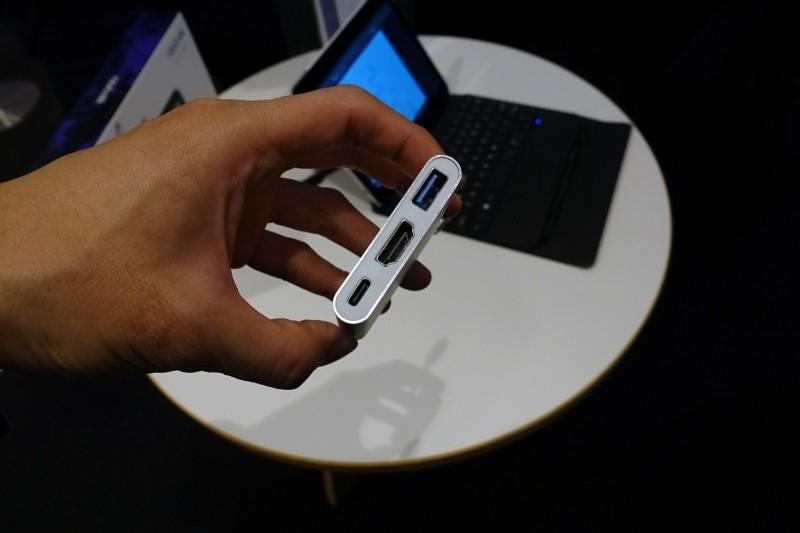 オプションの「USB Type-Cハブ」。価格は3,000円