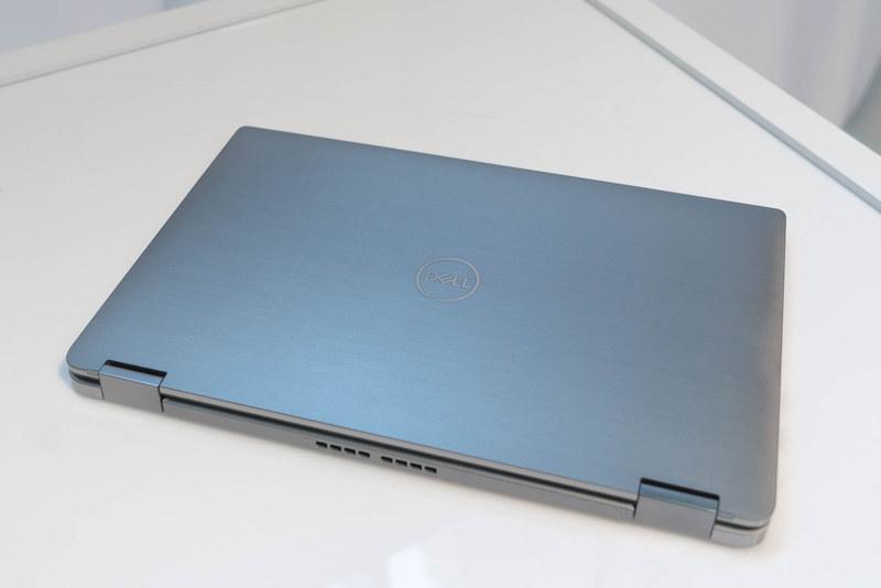 319.77x199.9=63922.023平方mmの底面積。13型ディスプレイを搭載していたLatitude 7390 2-in-1が305.1x210=64,071平方mmとなっているので、わずかだが13型よりも小さな底面積になっている。