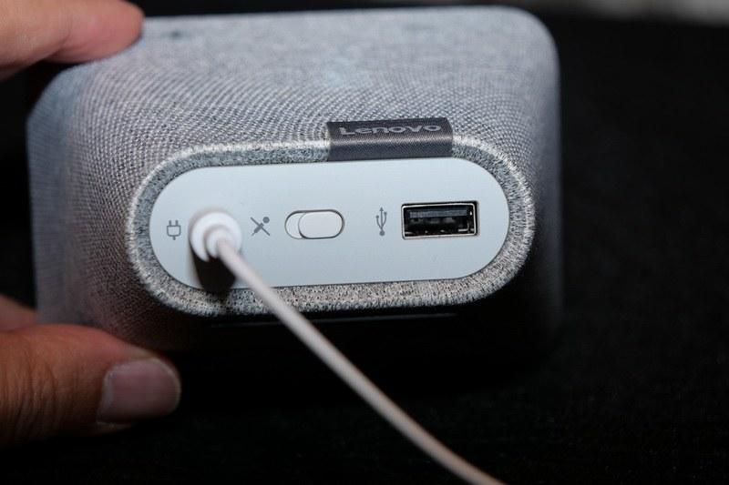 背面には、電源コネクタ、マイクオフスイッチ、USBポートを用意。USBはスマートフォンなどの充電に活用できる
