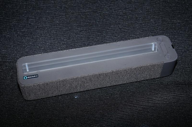 付属のLenovo Smart Dock。タブレットを上部に装着すると、Showモードへと切り替わるとともに、タブレットへの充電も行なわれる