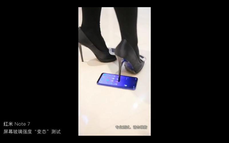 いい体つきの男性が踏んでも、女性がハイヒールで踏んでもびくともしないRedmi Note 7
