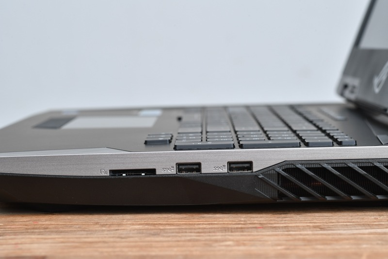 SDカードスロット、USB 3.1×2を装備