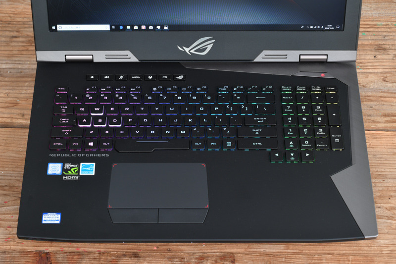 キーボードは10キーつきで、RGBバックライトを装備