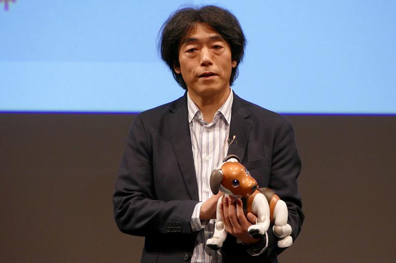 チョコエディションを抱くソニー株式会社執行役員 AIロボティクスビジネス担当 川西泉氏