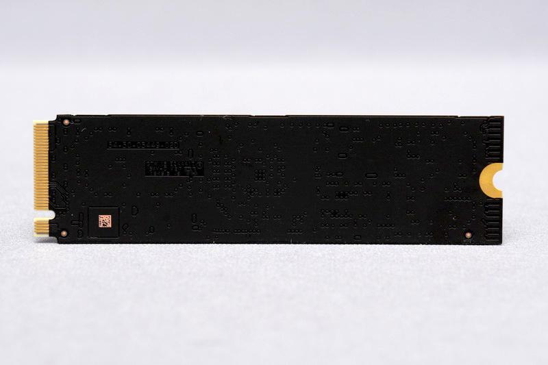 基板裏面にはチップ類は搭載されず、2TBモデルも含めて片面実装となる