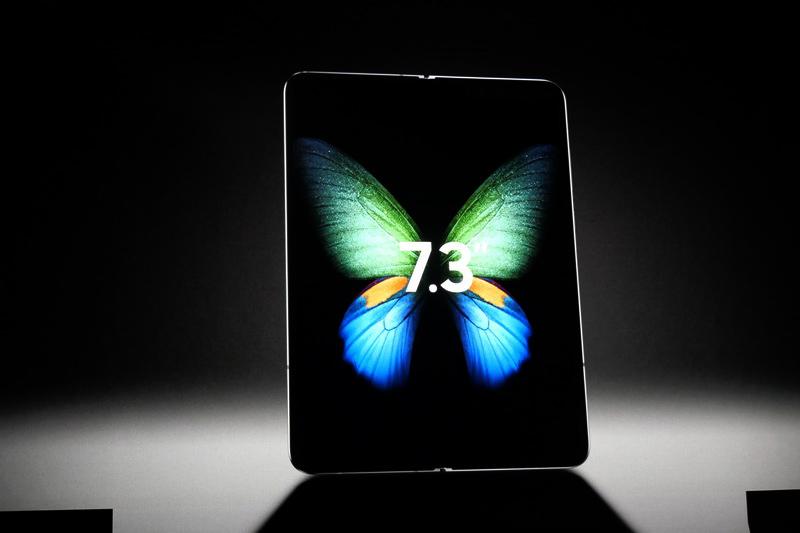 本体を開くと、内側から7.2型のInfinity Flex Displayが現れる