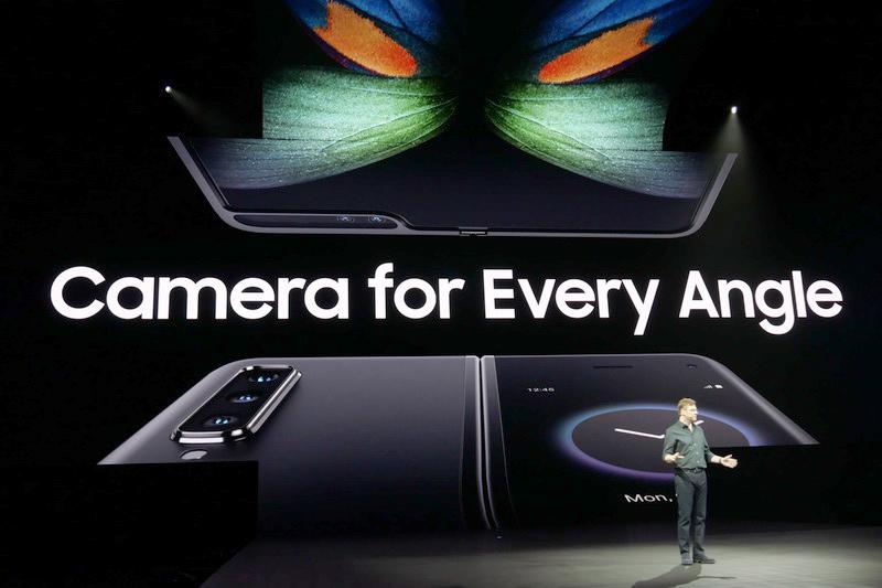 本体を閉じた状態の表裏と、開いた状態のInfinity Flex Display側それぞれにカメラを搭載