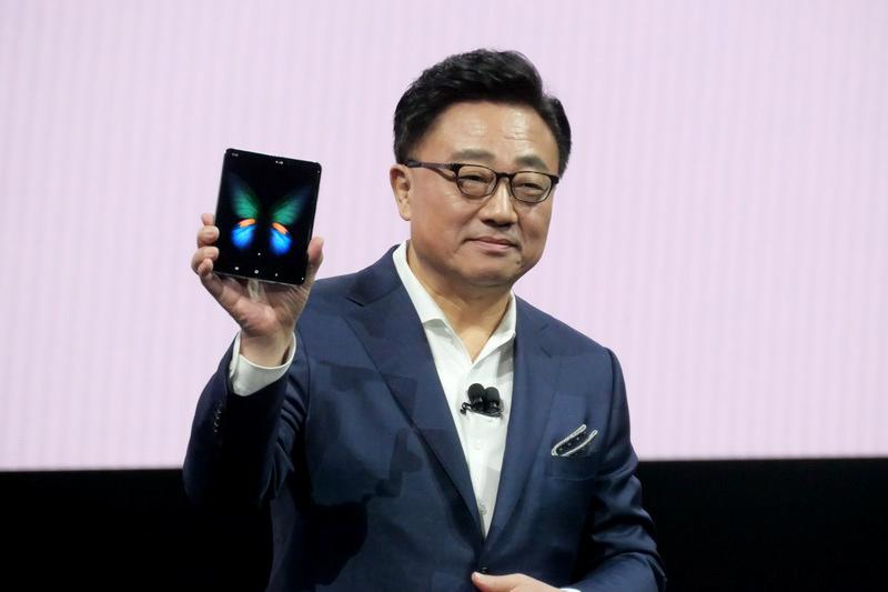Galaxy Foldを掲げる、Samsung Electronics IT & Mobile Communications Division社長兼CEOのDJ Koh氏