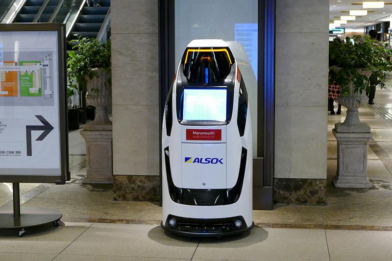 新丸ビル地下に設置されているALSOKの警備ロボット「Reborg-X」