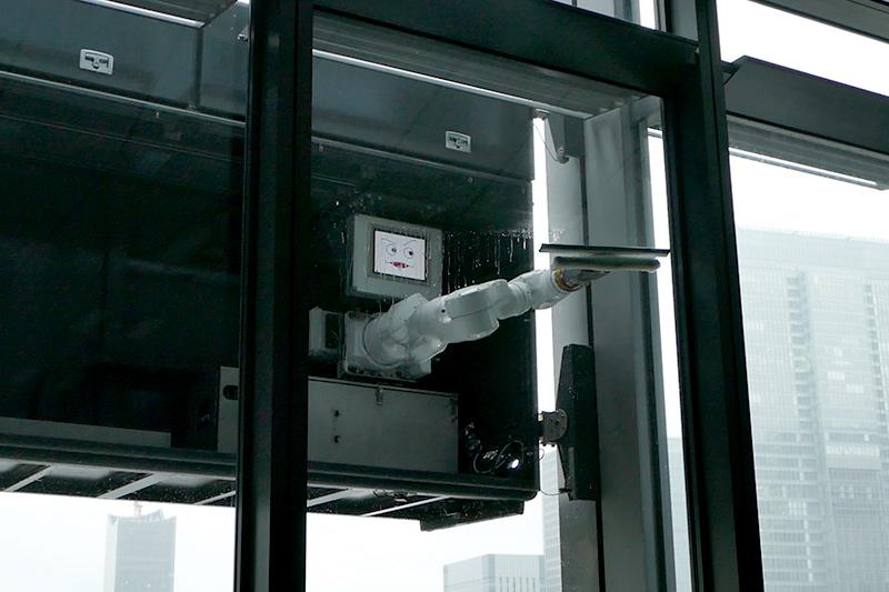 従来機種では20cm程度の拭き残し部位があったが、ロボットでは端から端まで清掃できる