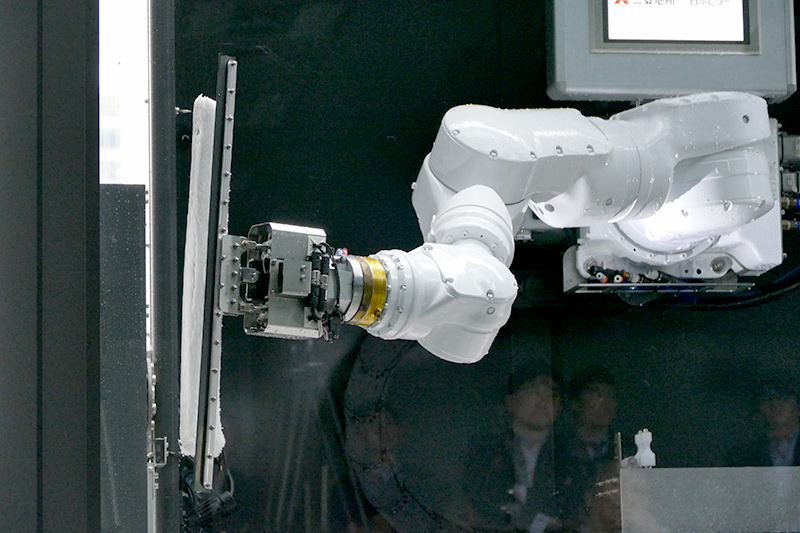 ロボットアームは安川電機製