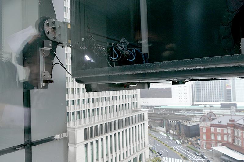 本体外枠にもセンサーがあり、窓枠を検知して本体位置を決める