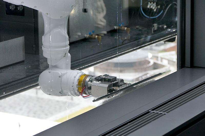 線部分には窓洗浄用スクイジーと光電センサー