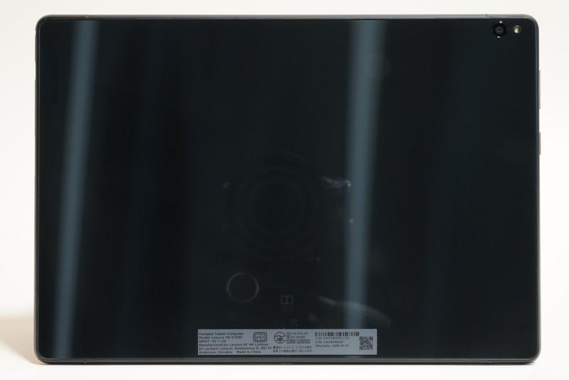 本体背面。右上に800万画素(オートフォーカス、F値2.2、LEDフラッシュ)の背面カメラを装備