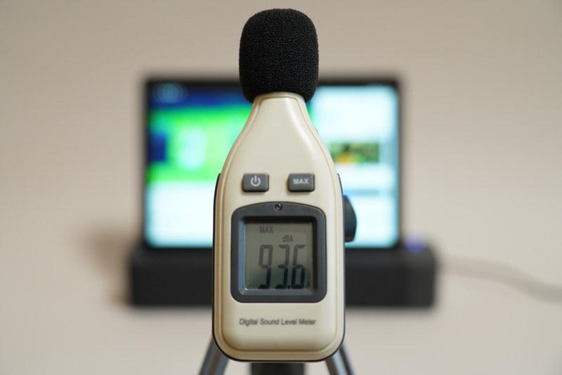 Smart Tab P10をSmart Dockに装着した状態で、YouTubeで公開されている「前前前世 (movie ver.) RADWIMPS MV」を最大ボリュームで再生したさいの音圧レベルは最大93.6dBA(50cmの距離で測定)