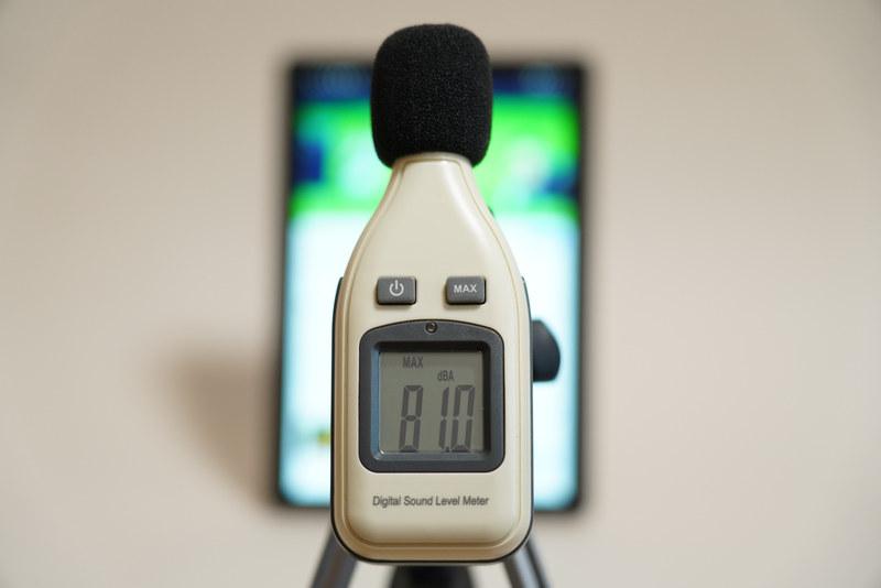 Smart Tab P10単体で、YouTubeで公開されている「前前前世 (movie ver.) RADWIMPS MV」を最大ボリュームで再生したさいの音圧レベルは最大81.0dBA(50cmの距離で測定)