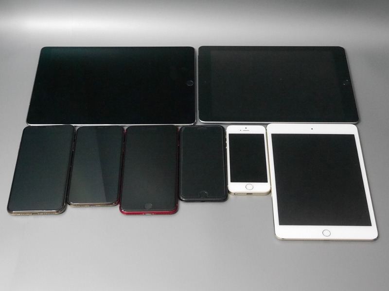 今回用意した、Lightning搭載のiOSデバイス。前列左から「iPhone XS Max」「iPhone XS」「iPhone 8 Plus」「iPhone 7」「iPhone SE」「iPad mini 4」、後列左から「iPad Pro 10.5」「第6世代iPad」