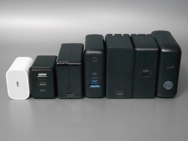今回検証を行なったUSB PDアダプタ7製品。左からApple「A1720」Omars「OMWCBK29WPDBLP-JP」エレコム「MPA-ACCP01BK」Anker「PowerPort ll PD(A2321)」サンワサプライ「ACA-PD58BK」Omars「OMWCBK60WPDYX」ゴッパ「E00650A1CBLKUS」