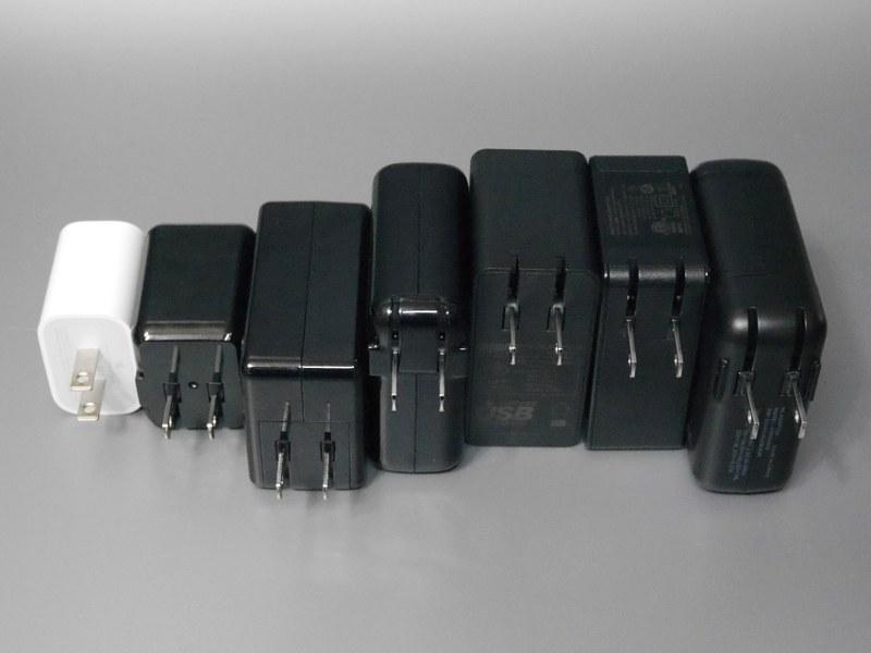 背面。一般的に最大出力が大きいアダプタほど筐体も大きい。USB Type-C以外のポートを搭載している場合も同様だ