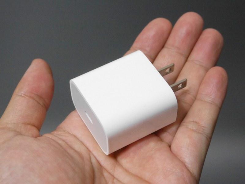 iPad Pro付属の18W USB-C電源アダプタ(A1720)は、iPhoneの高速充電にはベストチョイス。プラグが折りたためないのが唯一残念