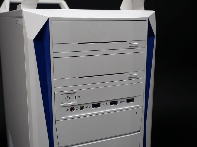 前面上部は5インチベイ2基と前面インターフェイス。その下のカバー内にはカードリーダを搭載可能