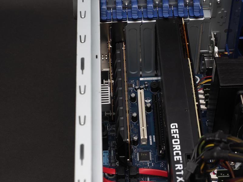 拡張スロットの下から2段はx4スロットで、評価機ではIntel Optane SSD 905Pと10GbEカードが搭載されていた