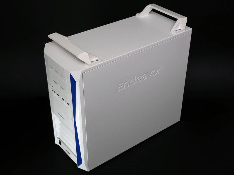 天板部の前後に取っ手があるため、重量級筐体でも持ち運びやすい。オプションでキャスターも用意されている