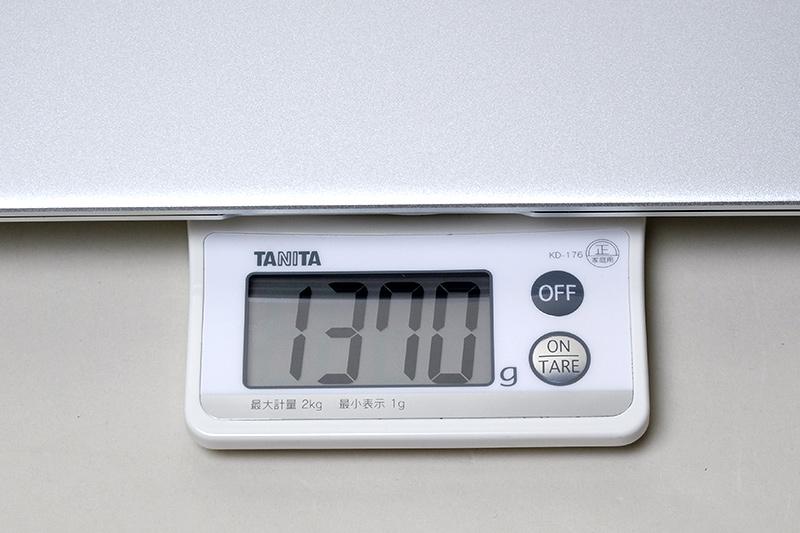 本体の実測重量は公称値どおりの1,370g
