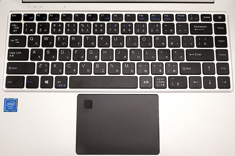 キーボードはノートPCで標準的なパンタグラフ方式で、キー配列の癖が少々強め。指紋センサーはWindows Hello対応
