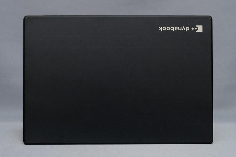 天板。dynabookシリーズらしいシンプルなデザインとなっている。天板にはプレス加工のマグネシウムアルミニウム合金を採用し、軽さと強度を両立