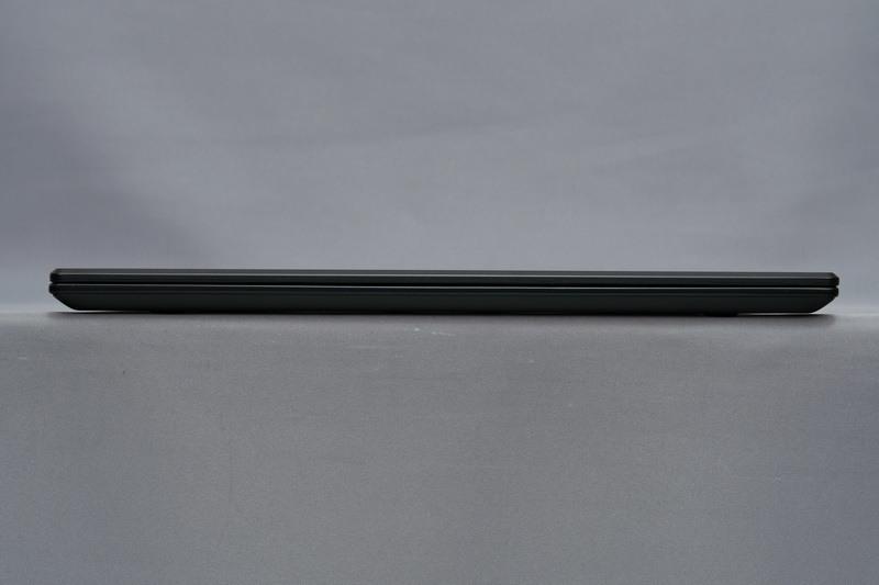本体正面。高さは17.9mmと十分な薄さとなっている