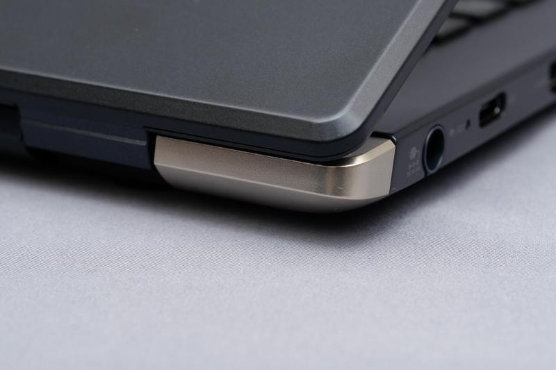 従来はディスプレイ上部にあった無線LANアンテナをヒンジ部に配置するなど、内部パーツの配置を見なおしたり小型化を追求することで、小型・軽量化を実現