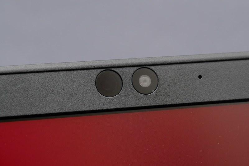 ディスプレイ上部には顔認証カメラを搭載。可視光と赤外線光の双方を捉えられるRGB-IR CMOSセンサーの採用で、顔認証センサーの小型軽量化を実現している