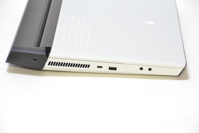 本体左側面Thunderbolt 3、USB、マイク端子、ヘッドフォン端子