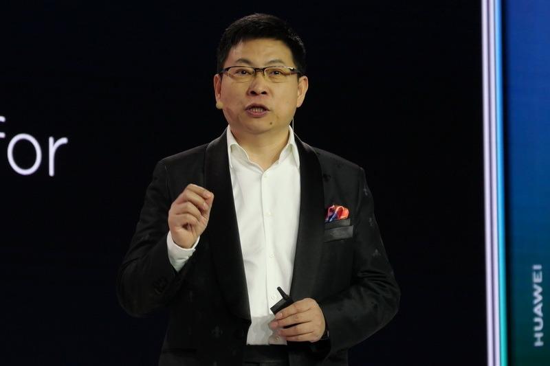 発表会に登壇し新製品を発表する、HuaweiコンシューマービジネスグループCEOのリチャード・ユー氏