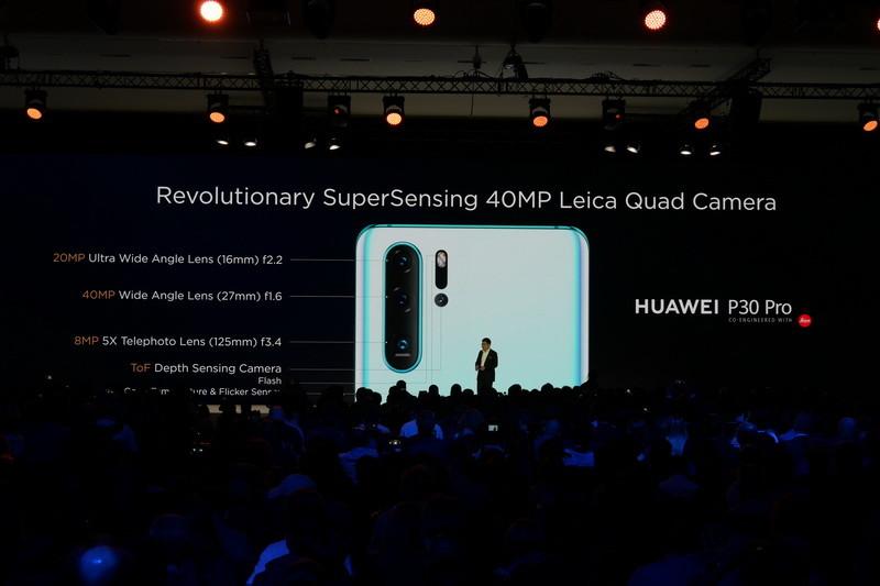 P30 Proでは、超広角、広角、5倍望遠、深度計測カメラと4個のレンズを添えるクアッドレンズ仕様のカメラを搭載