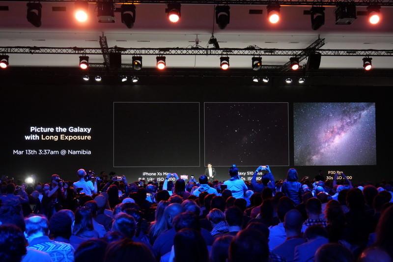 右端が、P30 Proで30秒の長時間露光によって撮影された星空。スマートフォンで撮影したとは思えないほどのクオリティだ