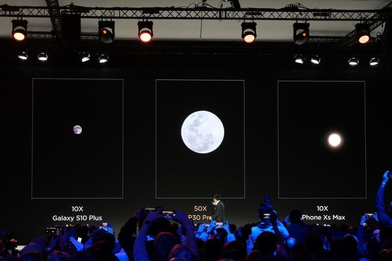 中央が、P30 Proで50倍デジタルズームで撮影した月。大きく撮影できるのはもちろん、模様もかなり鮮明に捉えられている