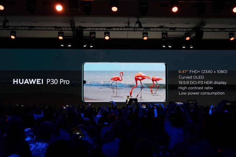 P30 Proのディスプレイはサイズが6.47型有機ELで、表示解像度は1,080×2,340ドット。側面付近がカーブしている