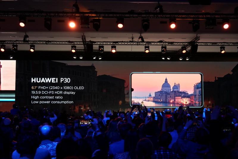 P30のディスプレイはサイズが6.1型で、表示解像度は1,080×2,340ドット。側面までフラットな点もP30 Proと異なる