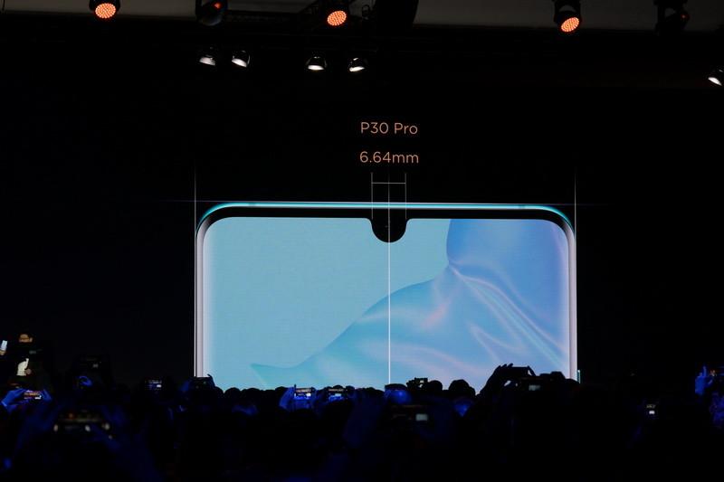 ディスプレイ上部には、フロントカメラを囲むように水滴型ノッチがある。ノッチは幅が6.64mmとかなり小さい