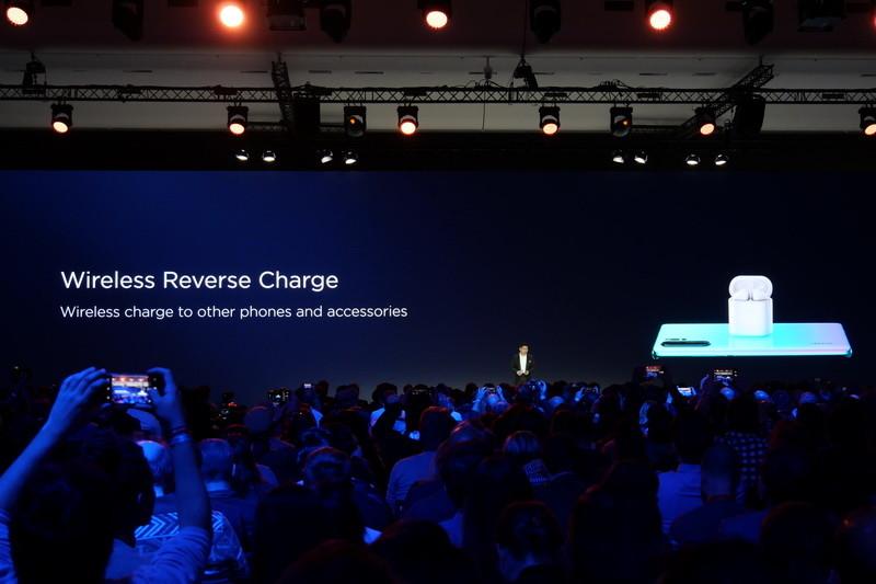 15WのQi準拠ワイヤレス充電機能に加え、ワイヤレス充電機能対応機器を充電できる「Wireless Reverse Charge」機能も用意
